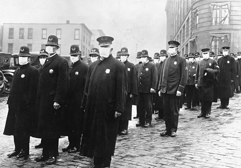 Policiais de Seattle vestindo máscaras cirúrgicas durante a pandemia de 1918 (Foto: Wikimedia Commons)