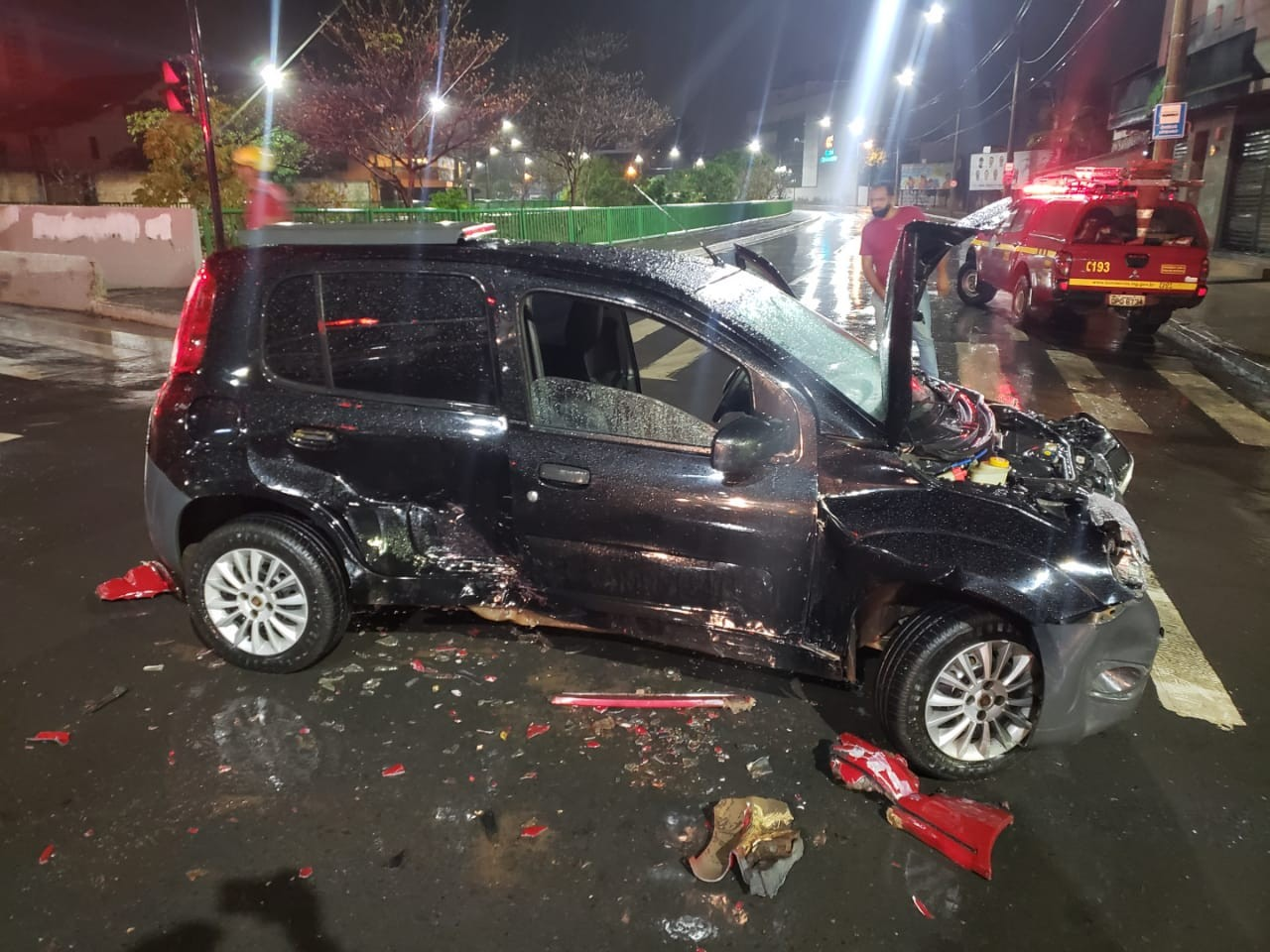 Duas pessoas ficam feridas em acidente entre três carros, em Montes Claros