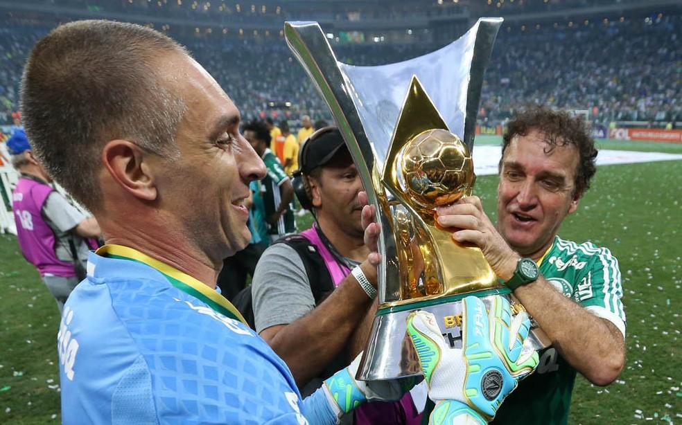 Prass e Cuca levantam a taça de campeão brasileiro de 2015 (Foto: Cesar Greco/Ag Palmeiras/Divulgação)