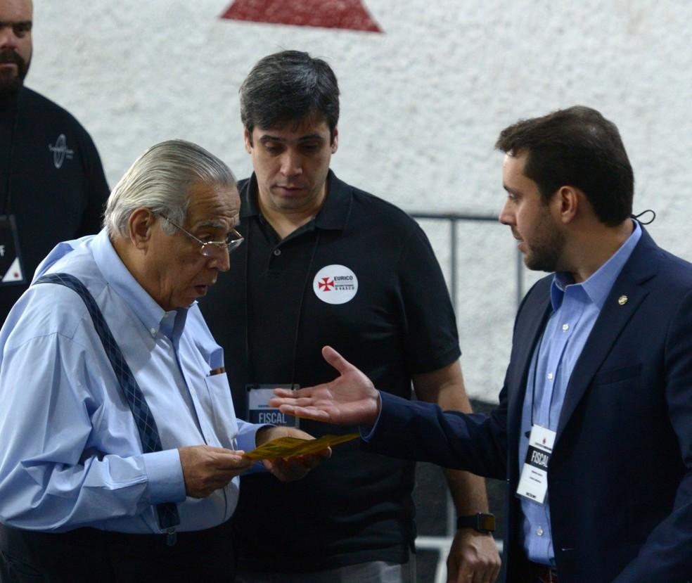 Eurico Miranda conversa com Julio Brant: ambos disputaram a eleição no Vasco (Foto: André Durão)