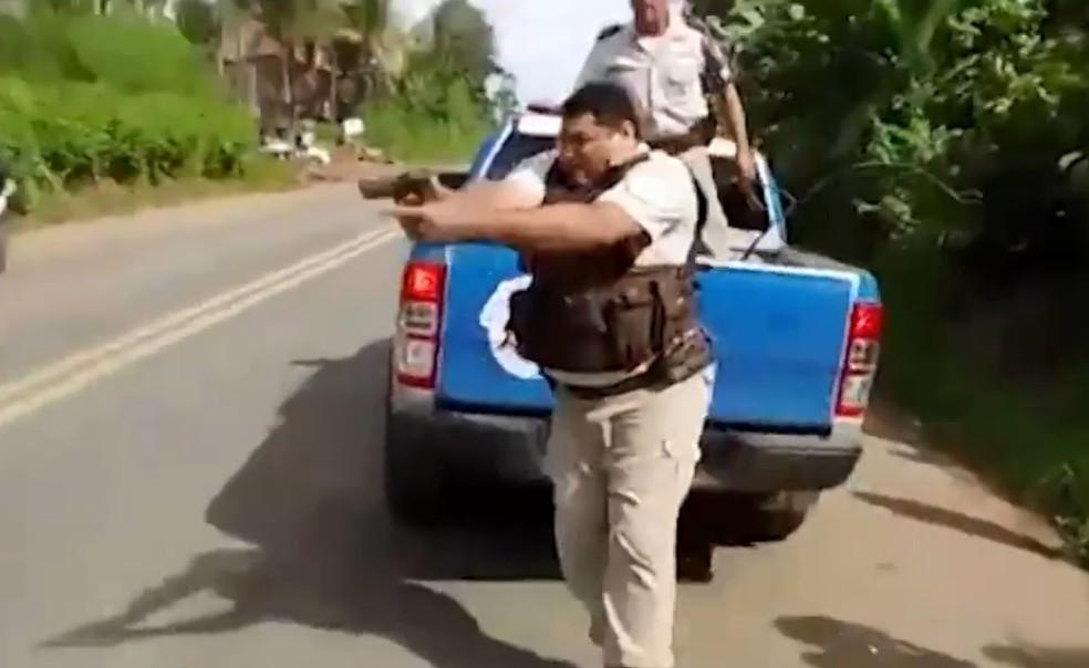 PM saca arma e atira durante protesto de caminhoneiros na BA; manifestante foi baleado no pé (Foto: Reprodução/TV Bahia)