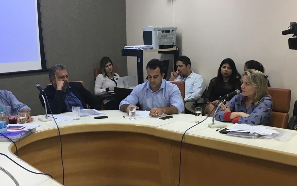 Gerente de Saúde Bucal de Goiânia, Ana Paula Nomeline, admite falta de insumos odontológicos, mas nega paralisação dos serviços, em Goiás (Foto: Paula Resende/G1)