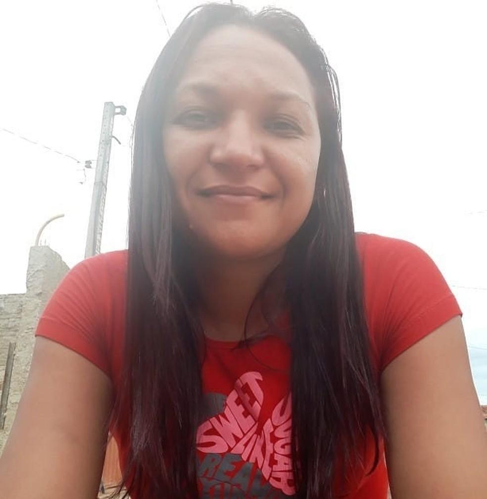 Valdirene Carmo Nascimento levou uma facada na orelha ao ser atacada pelo ex em Peixoto de Azevedo — Foto: Facebook/Reprodução
