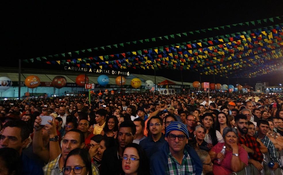 Milhares de pessoas acompanharam a primeira noite (Foto: Lafaete Vaz/G1)