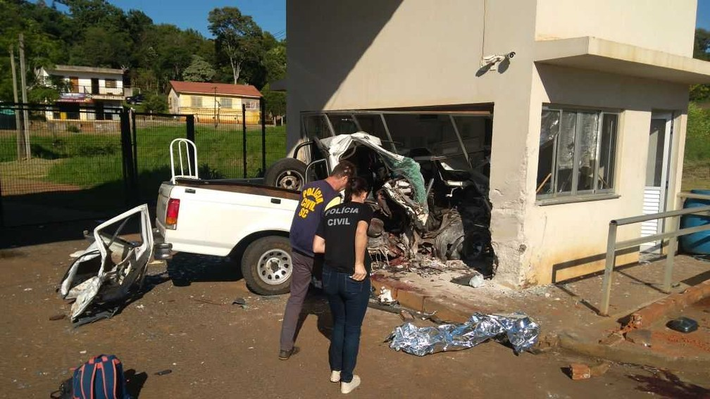 De acordo com a polícia, a perseguição começou na BR-163, em Barracão, no sudoeste do Paraná, e terminou na aduana argentina, na madrugada deste domingo (7) (Foto: Sandro Barcelos)