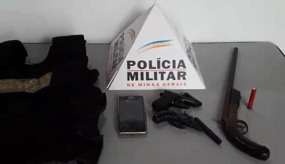 -  Adolescente é apreendido com arma dentro de escola em Muriaé  Foto: Polícia Militar/Divulgação
