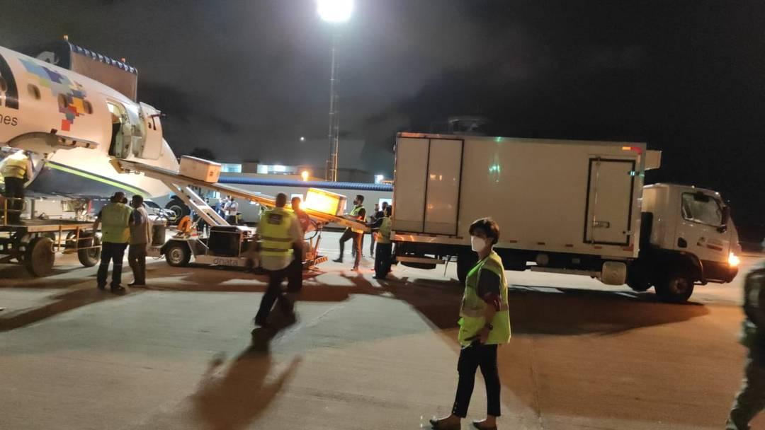 Lote da vacina contra Covid-19 é desembarcada no Aeroporto Castro Pinto, em João Pessoa