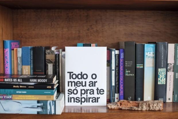A placa que enfeita a estante é da Papelaria (Foto: Mayra Azzi / Editora Globo)