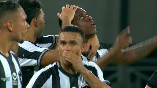 """Marcelo Benevenuto festeja gol e atuação do Botafogo no clássico: """"O time está evoluindo"""""""