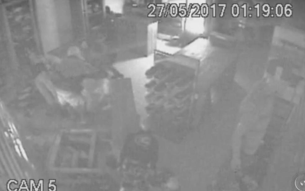 Câmeras filmaram furto de produtos em loja de Cerquilho (Foto: Reprodução/ TV TEM)