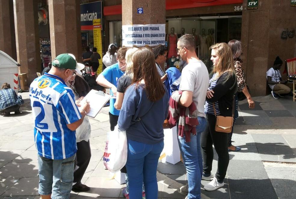 Na Esquina Democrática, no Centro de Porto Alegre, grupo de pessoas chegou a fazer fila para votar (Foto: Hygino Vasconcellos/G1)