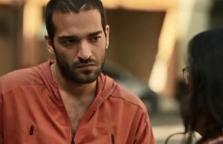 Na quarta (29), Sandro (Humberto Carrão) pedirá a Marconi (Douglas Silva) que proteja Magno (Juliano Cazarré) na prisão Reprodução