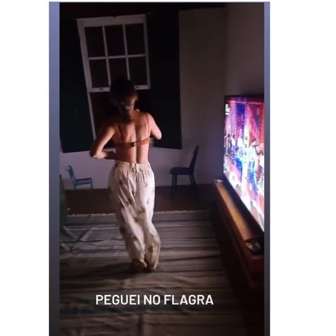 Felipe Andreolli flagra Rafa Brites dançando em casa (Foto: Reprodução)