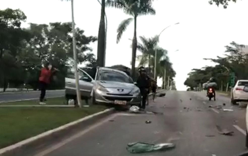 Carro atinge poste após batida no Eixinho Norte, em Brasília  — Foto: Arquivo pessoal