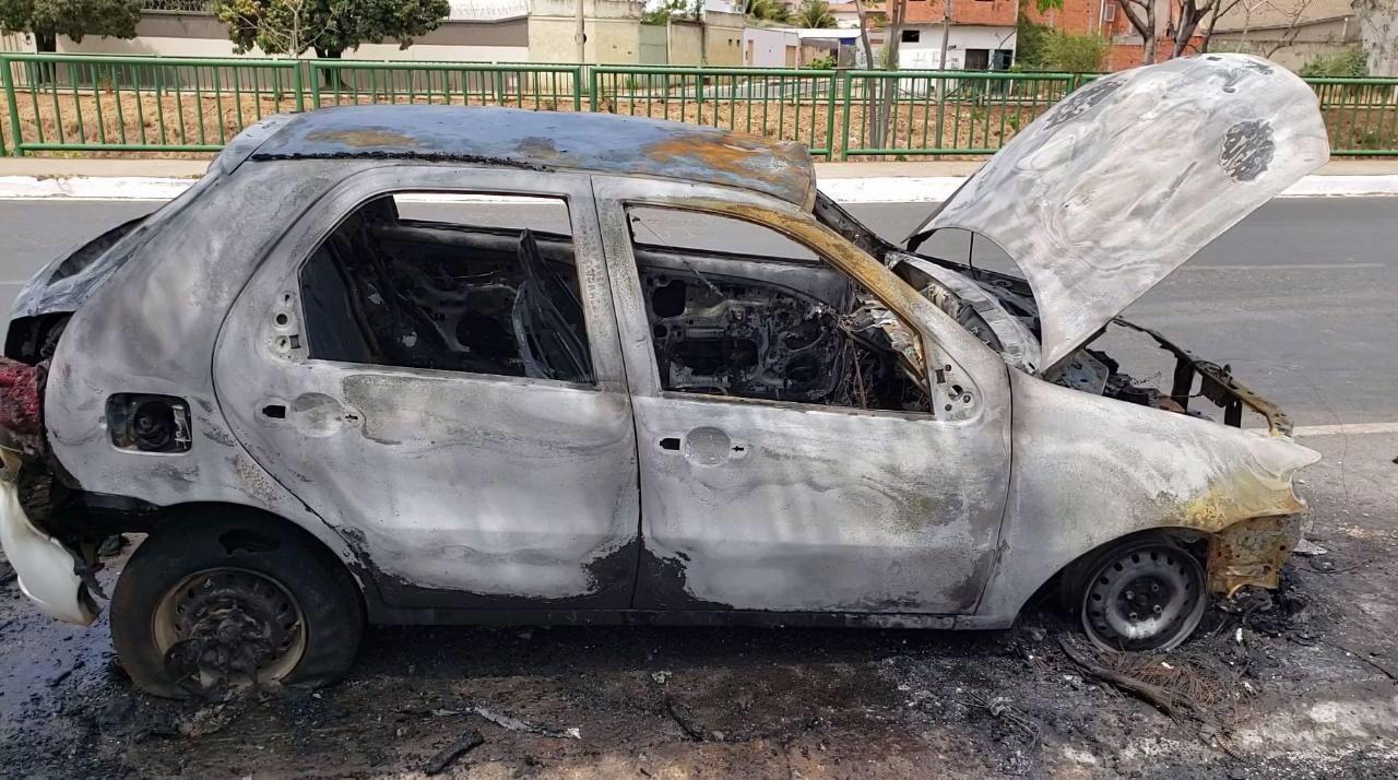 Carro fica destruído após pegar fogo em avenida de Montes Claros
