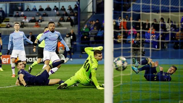 Gabriel Jesus chuta para fazer o segundo gol do City sobre o Dínamo Zagreb