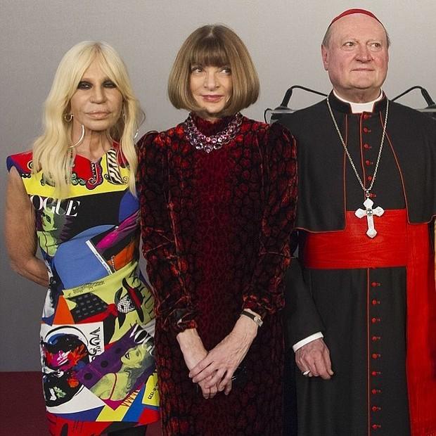 Na foto, Donatella Versace, Anna WIntour e o cardinal Gianfranco Ravasi (Foto: Reprodução/Instagram)