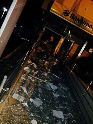 Agência do Banco do Brasil na cidade de Apodi foi detonada com dinamite (Foto: Marcos Gil)