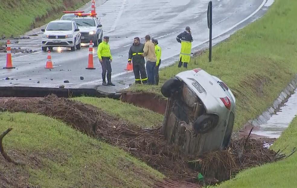 No quilômetro 257, próximo ao pedágio, a pista desmoronou e um carro foi parar no canteiro da rodovia — Foto: TV TEM/Reprodução