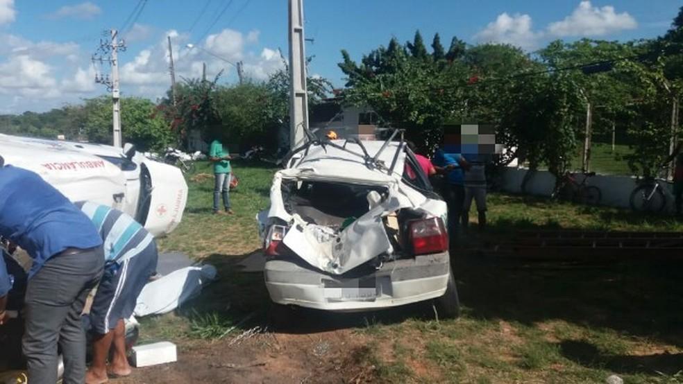 Ambulância colidiu na traseira de um carro e de uma caminhonete em acidente em Moreno, no Grande Recife — Foto: PRF/Divulgação