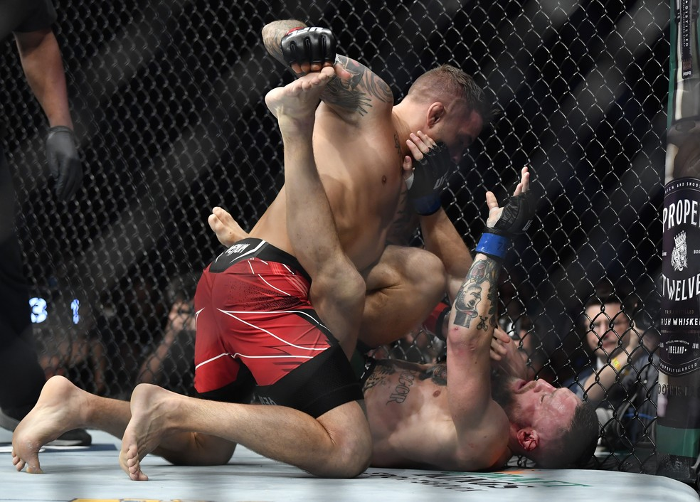 Dustin Poirier dominou Conor McGregor no chão no UFC 264 — Foto: Getty Images