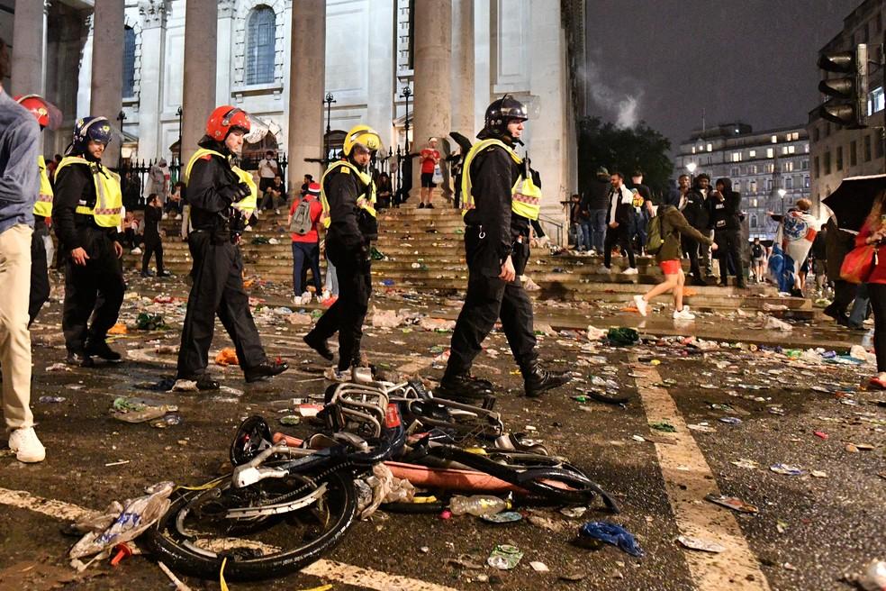 49 Torcedores foram presos e 19 policiais ficaram feridos em Londres após a final da Euro — Foto: AFP