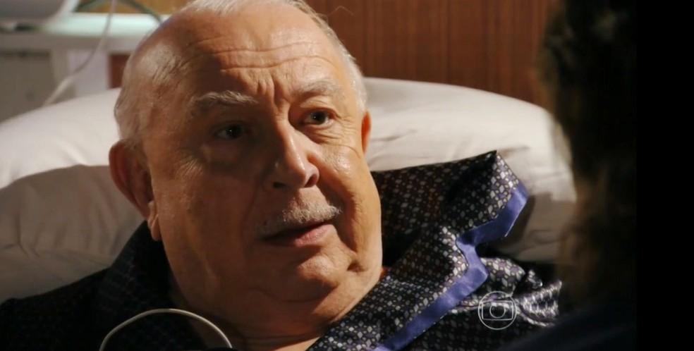 Em 'Flor do Caribe', Dionísio (Sérgio Mamberti) diz para Alberto (Igor Ricki) como deve proceder — Foto: Globo