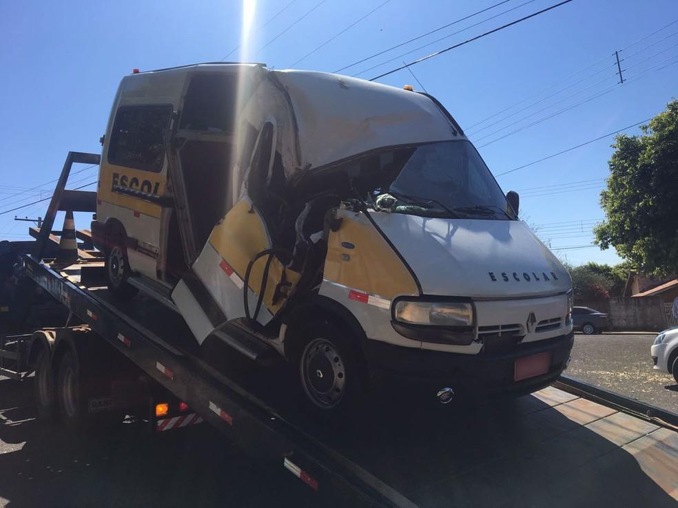 Van envolvida em acidente fatal foi apreendida pela Polícia Civil (Foto: Mariana Gouveia/TV Fronteira)