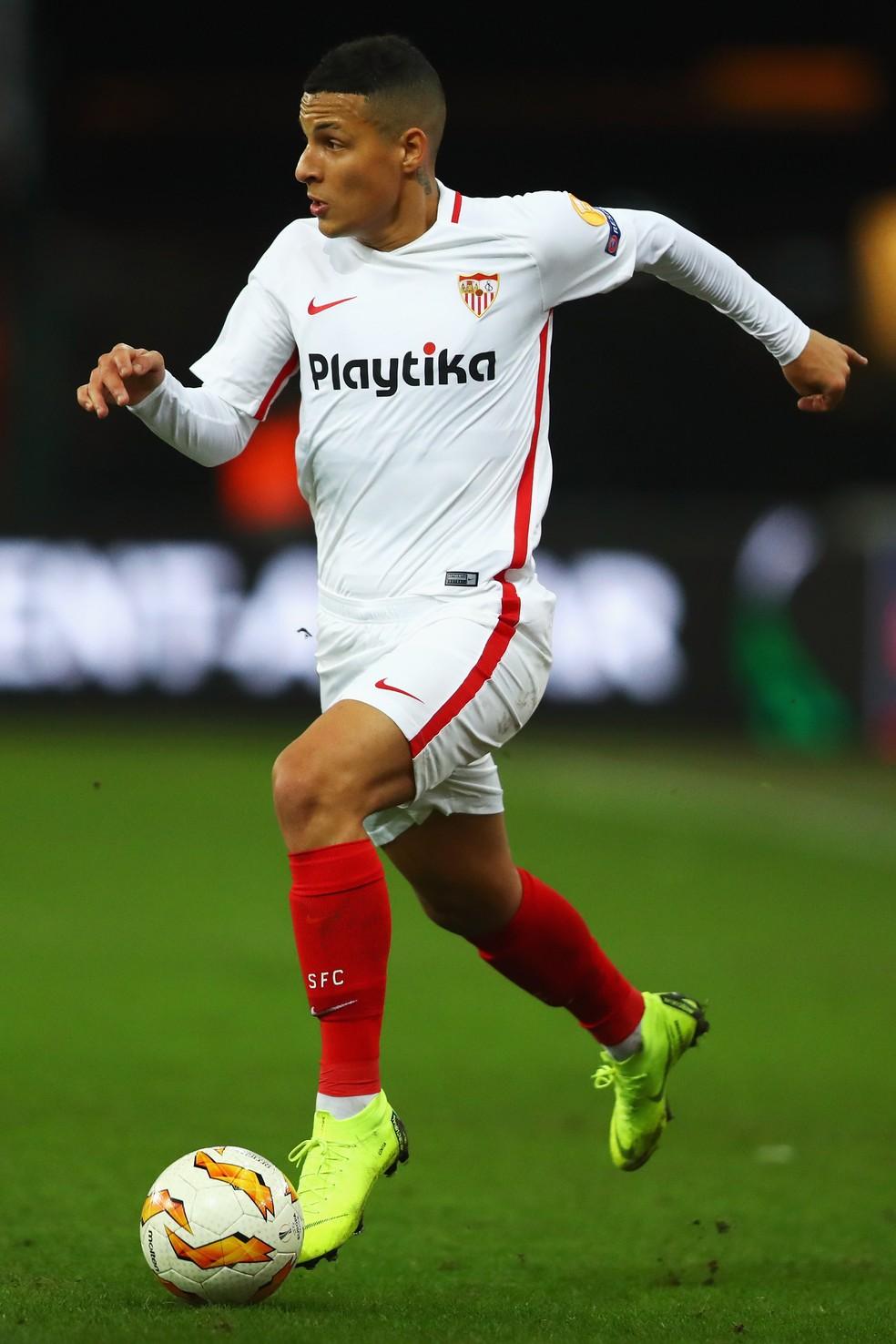 ... Guilherme Arana pode trocar o Sevilla pelo Corinthians — Foto  Dean  Mouhtaropoulos Getty Images ea6a66f51be8a