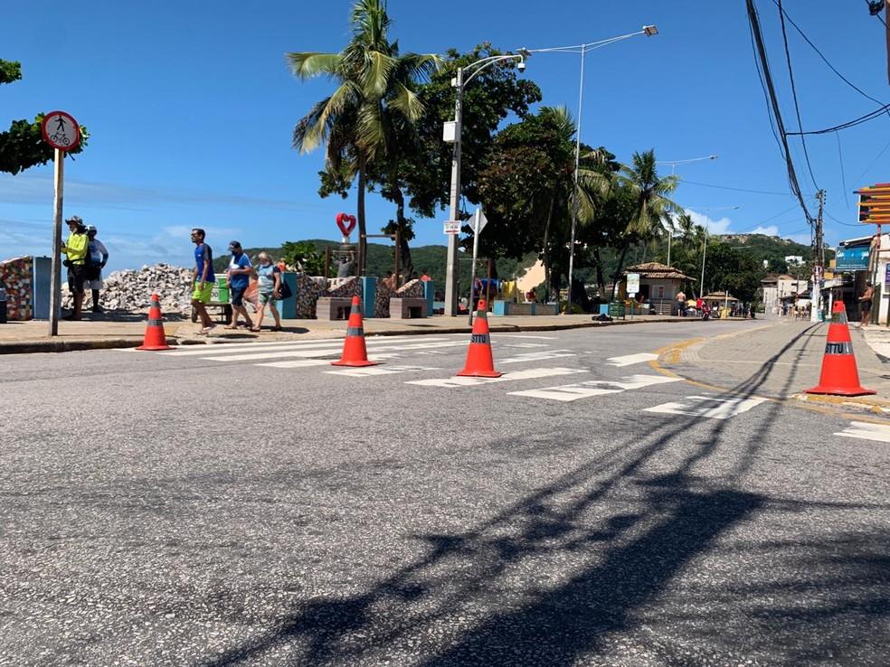 Orla de Ponta Negra é interditada para carros neste domingo (2) — Foto: Wild Nascimento