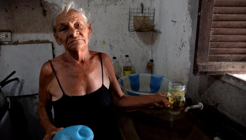 Francisca Ferreira depende de uma moradora do bairro que tem poço e revende água (Foto: Thyago Macedo / G1)