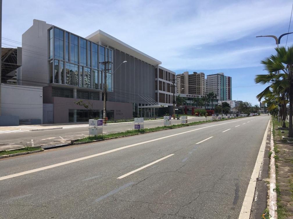SÃO LUÍS (MA) - Avenida Colares Moreira, no bairro Renascença, ficou praticamente vazia no terceiro dia do 'lockdown'. — Foto: Rafaelle Fróes/G1 MA