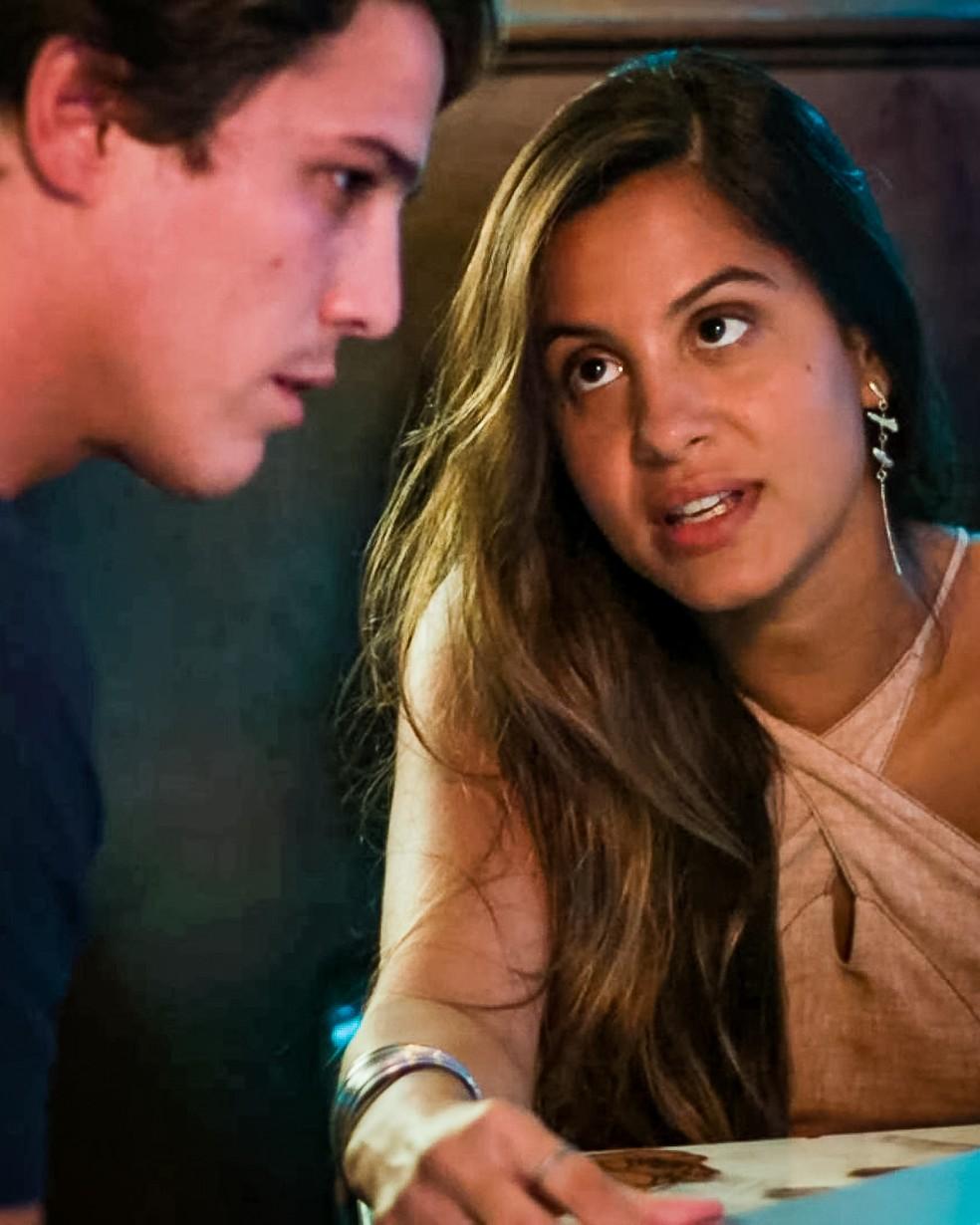 Leila (Jade Cardozo) entra em um acordo com Rui (Romulo Arantes Neto) sobre o pagamento pela informação que ela descobriu, em 'Malhação - Toda Forma de Amar' — Foto: Globo