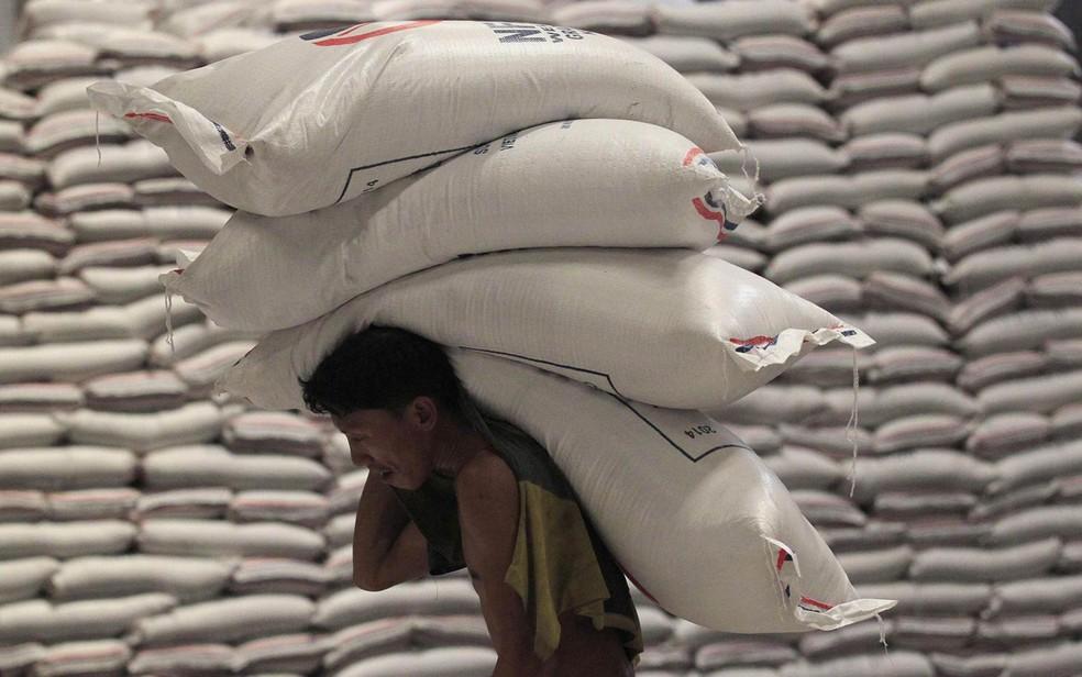 A saca do arroz na casca é vendida a até R$ 57,00 em Rondônia (Foto: Romeo Ranoco/Reuters)