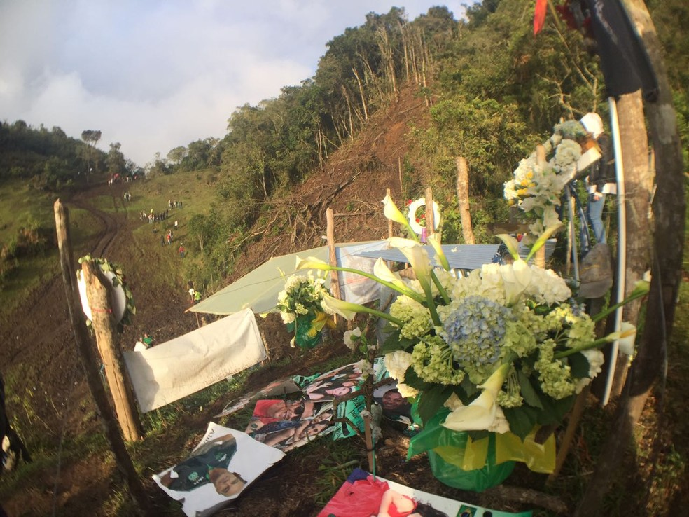 Santuário com imagens de santos e objetos encontrados nos destroços (Foto: Cahê Mota)