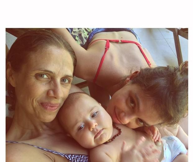 Laura com a mãe, Michele, e a irmãzinha, Teresa (Foto: Reprodução/Instagram)