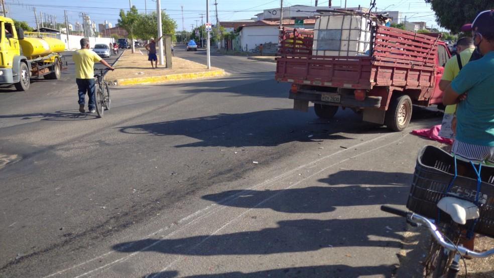 Motociclista foi arrastado por alguns metros, em Mossoró. Marcas ficaram na pista. — Foto: Hugo Andrade/Inter TV Costa Branca