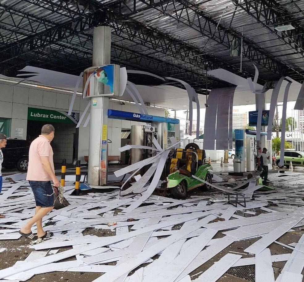 Com a força da explosão, parte do forro da cobertura do posto despencou (Foto: Divulgação/PM)