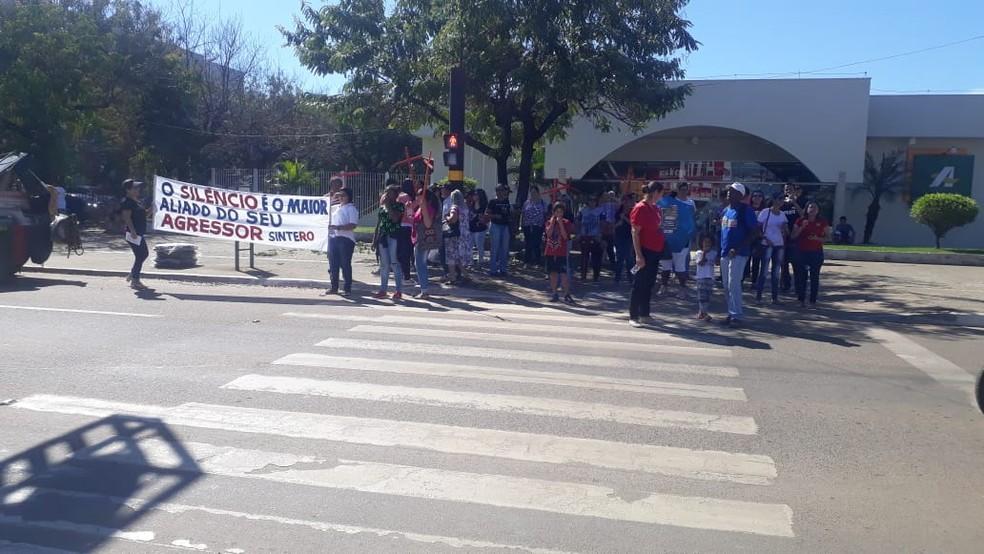 ARIQUEMES, RO, 10h15: Manifestantes realizam apitaço em semáforo da Avenida Tancredo Neves — Foto: Luiz Martins/Rede Amazônica