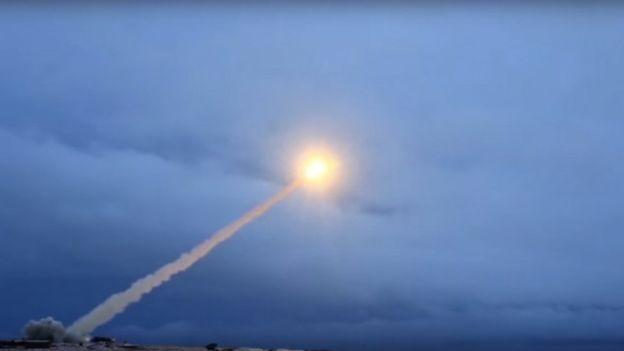 De acordo com autoridades russas, o sistema de mísseis Avangard ajusta sua altitude e trajeto conforme se aproxima do alvo (Foto: EPA via BBC)