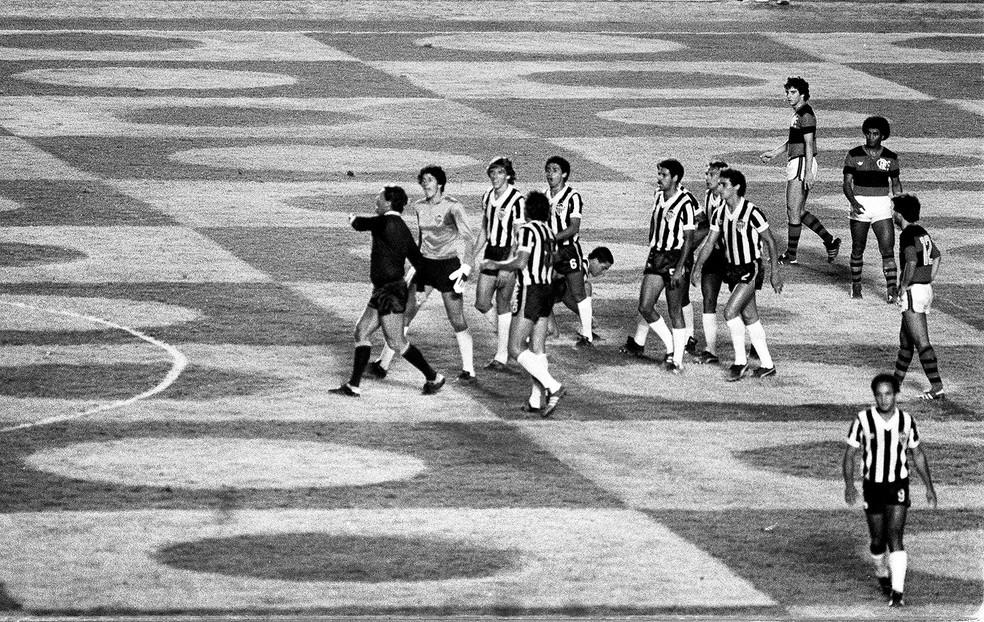 Flamengo e Atlético-MG se enfrentaram no Serra Dourada em jogo bastante polêmico pela Libertadores de 1981 — Foto: Eurico Dantas / Agência O Globo