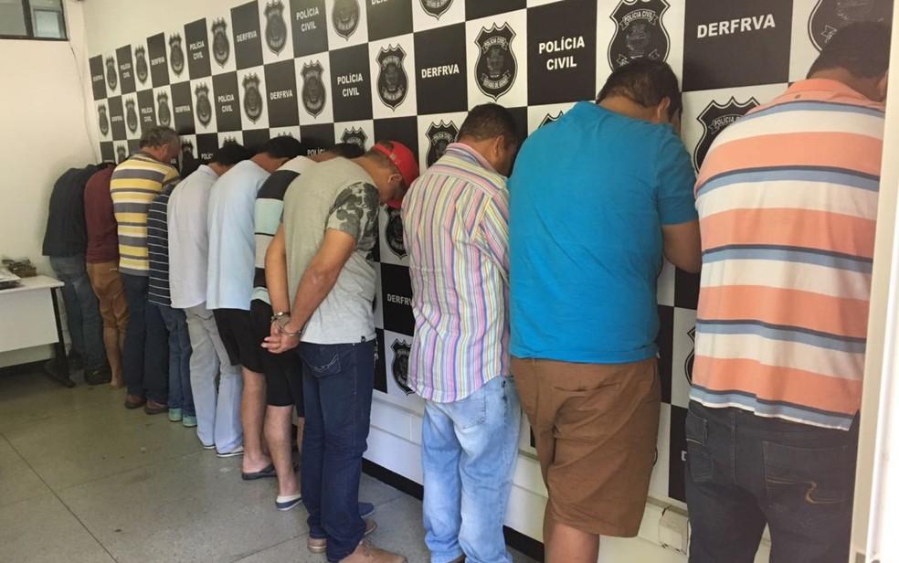 Presos 12 suspeitos de integrar grupo que falsificava documentos de veículos em Goiás (Foto: Paula Resende/G1)
