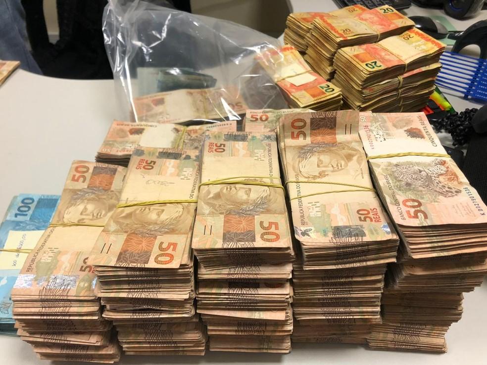 Polícia Federal informou que cinco pessoas foram flagradas com R$ 600 mil — Foto: Divulgação/PF