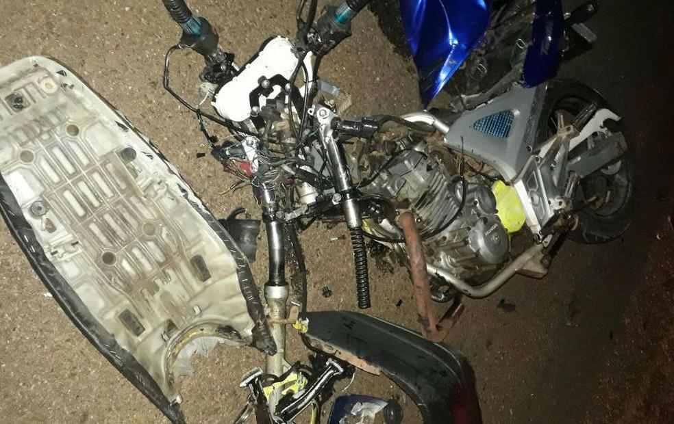 Motocicleta ficou destruída após colisão (Foto: Divulgação)