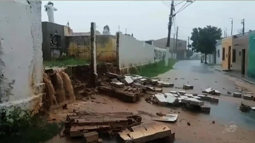 Força da água derrubou muro de cemitério em Forquilha (Foto: TV Verdes Mares/Reprodução)