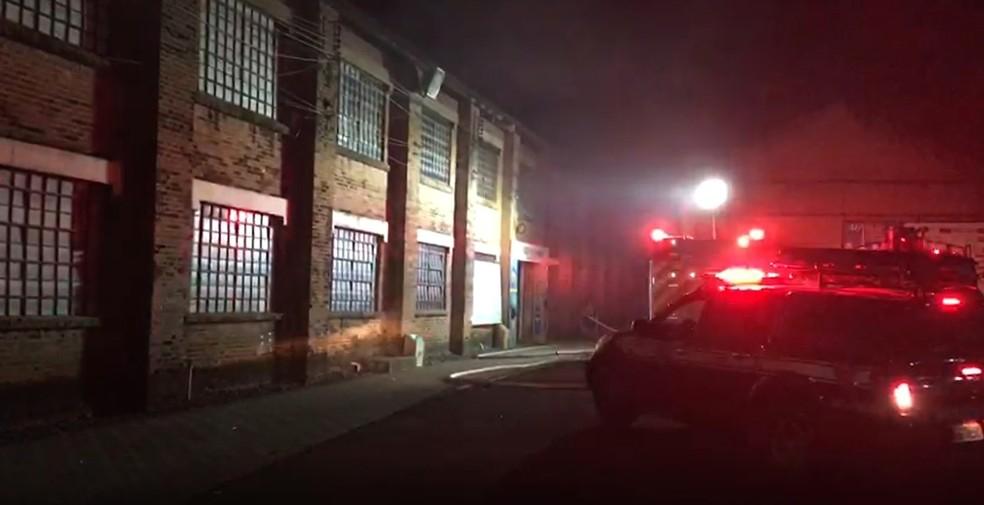 Incêndio atingiu área do Engenho Central, em Piracicaba — Foto: Arthur Menicucci / G1