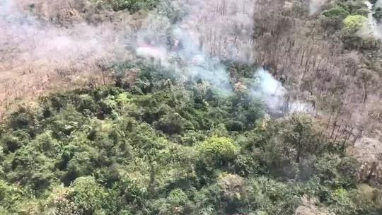 Bombeiros usam avião com 20 mil litros de água para apagar queimada em parque em MT