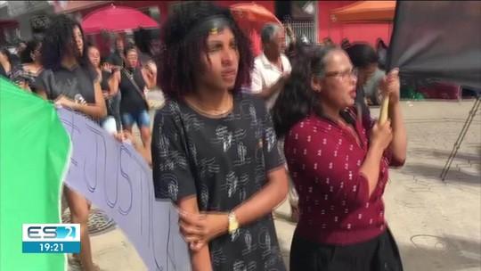 Família de irmãos mortos em Pedro Canário fazem protesto, no Norte do ES