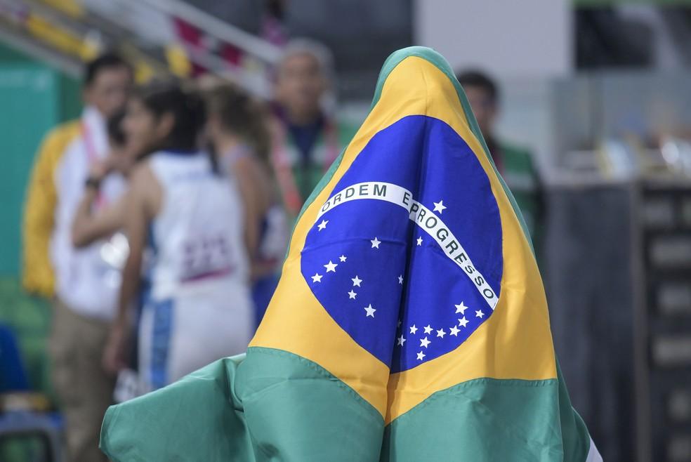 Verônica Hipolito com a bandeira brasileira após a prata no Parapan de Lima — Foto: Washington Alves/EXEMPLUS/CPB