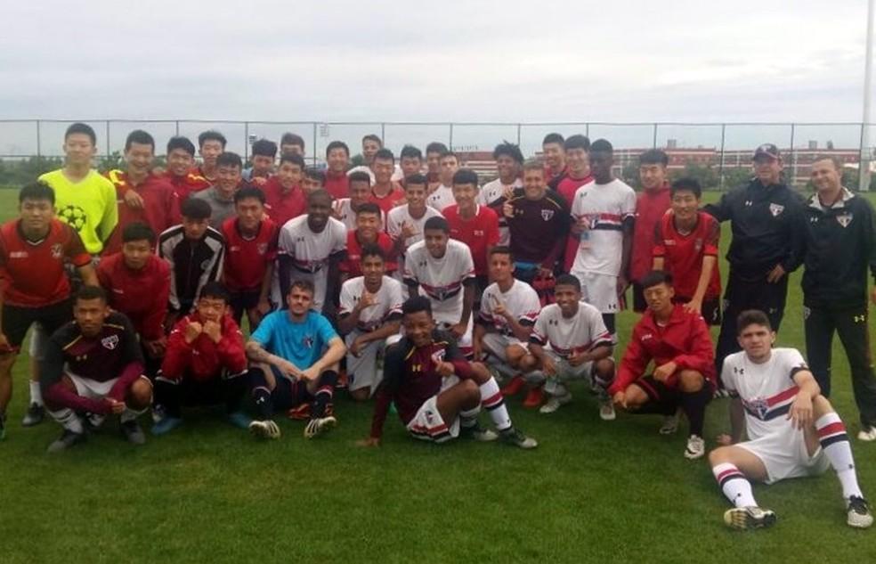 Jogadores do sub-19 comemoram a goleada e posam junto com os adversários (Foto: Divulgação/saopaulofc.net)